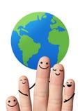 Familia feliz con la tierra, aislada con las trayectorias de recortes. Fotos de archivo libres de regalías