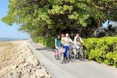 Familia feliz con las bicis Fotografía de archivo libre de regalías