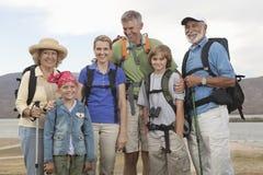 Familia feliz con las mochilas Fotos de archivo libres de regalías