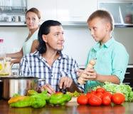 Familia feliz con las verduras Foto de archivo libre de regalías