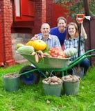Familia feliz con las verduras Imagen de archivo libre de regalías