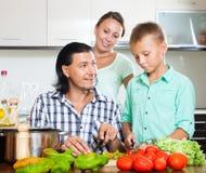 Familia feliz con las verduras frescas Imagen de archivo