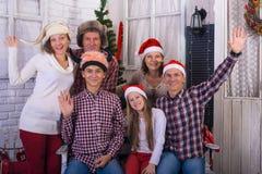 Familia feliz con los amigos que celebran un feliz Christma Imagen de archivo