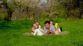 Familia feliz con los cabritos metrajes