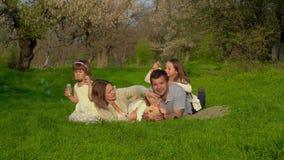 Familia feliz con los cabritos almacen de metraje de vídeo