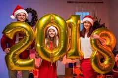Familia feliz con los globos del Año Nuevo Fotografía de archivo