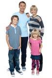 Familia feliz con los niños alegres fotografía de archivo
