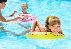 Familia feliz con los niños en agua. Imagenes de archivo