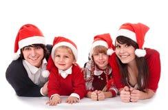 Familia feliz con los niños en el sombrero de santa. Foto de archivo