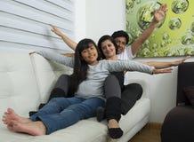 Familia feliz con los ni?os fotografía de archivo libre de regalías