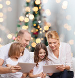 Familia feliz con los ordenadores de la PC de la tableta Fotografía de archivo libre de regalías
