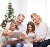 Familia feliz con los ordenadores de la PC de la tableta Imagenes de archivo