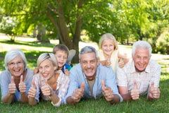 Familia feliz con los pulgares para arriba Fotos de archivo libres de regalías