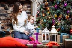 Familia feliz con los regalos de la Navidad Imagen de archivo libre de regalías