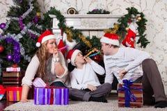 Familia feliz con los regalos de la Navidad. Foto de archivo libre de regalías