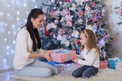Familia feliz con los regalos de la Navidad Imágenes de archivo libres de regalías