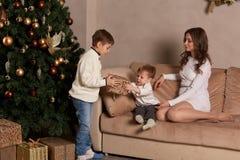 Familia feliz con los regalos de la Navidad Fotos de archivo