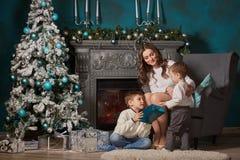 Familia feliz con los regalos de la Navidad Fotos de archivo libres de regalías