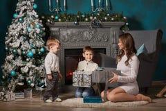 Familia feliz con los regalos de la Navidad Foto de archivo libre de regalías