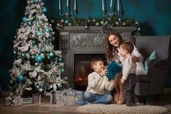 Familia feliz con los regalos de la Navidad Imagen de archivo
