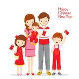 Familia feliz con los sobres rojos Imagen de archivo