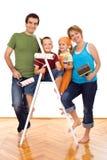 Familia feliz con los utensilios de la pintura Fotos de archivo