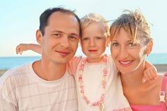 Familia feliz con poco cerca al mar Imagen de archivo libre de regalías