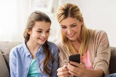 Familia feliz con smartphone en casa Fotos de archivo