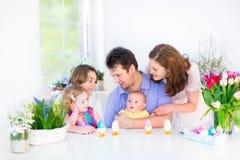 Familia feliz con tres niños que gozan de breakfas Foto de archivo