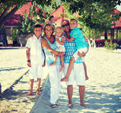 Familia feliz con tres niños que se unen Imagenes de archivo