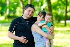 Familia feliz con un abrazo del niño Foto de archivo libre de regalías