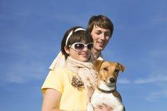 Familia feliz con un animal doméstico foto de archivo libre de regalías