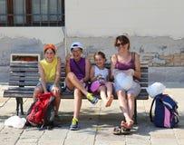 Familia feliz con una risa de la madre y de tres niños foto de archivo libre de regalías