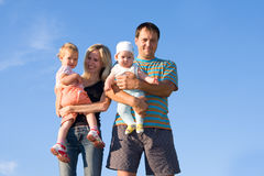 Familia feliz contra el cielo Imágenes de archivo libres de regalías