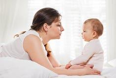 Familia feliz de comunicación Madre y bebé Fotografía de archivo