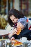 Familia feliz de dos en café al aire libre parisiense Fotos de archivo libres de regalías