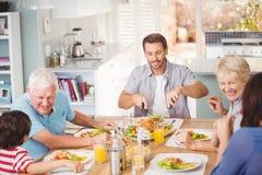 Familia feliz de la familia que desayuna en casa Foto de archivo libre de regalías