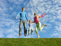 Familia feliz de la mosca bajo cloudfield fotografía de archivo