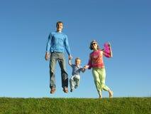 Familia feliz de la mosca en el cielo azul 2 Imagen de archivo libre de regalías