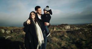 Familia feliz de la reunión tres el sol del amanecer 4K almacen de metraje de vídeo