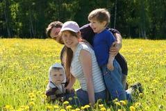Familia feliz de madre, de padre y de dos hijos Fotografía de archivo