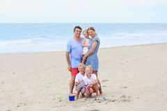 Familia feliz de 5 que se divierten en la playa Fotos de archivo libres de regalías