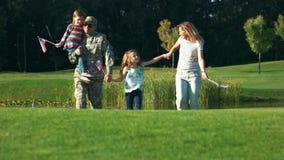 Familia feliz de soldado americano de los E.E.U.U. almacen de video