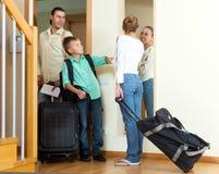 Familia feliz de tres con el adolescente con el equipaje que se va ho Imagenes de archivo