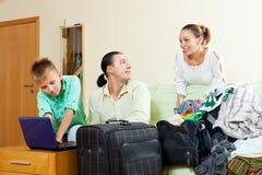 Familia feliz de tres con los boletos de compra del adolescente para las vacaciones Fotografía de archivo