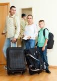 Familia feliz de tres por la puerta que va para las vacaciones Fotografía de archivo libre de regalías