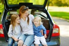 Familia feliz de tres que van a vacaciones del coche Imagenes de archivo
