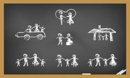 Familia feliz del Doodle en la pizarra Imágenes de archivo libres de regalías