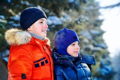 Familia feliz del invierno fotografía de archivo
