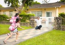 Familia feliz delante de la casa Imagen de archivo libre de regalías